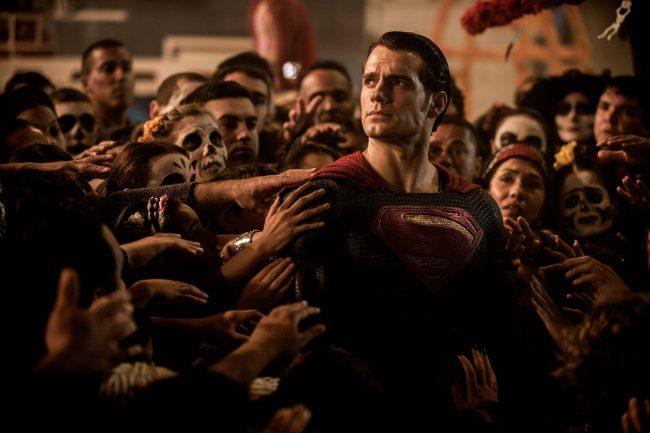 Kritikerne og fans er like splittet om filmen som folket i filmen er delte i sin mening om Supermann Superman Batman V Superman