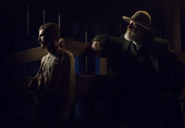 Godless Roy (Jack O'Connell) og Frank (Jeff Daniels) sitt forhold er i sentrum av miniserien. Foto: Netflix