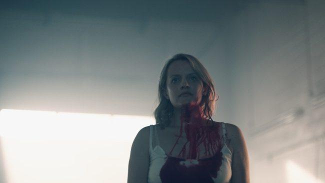 The Handmaid's Tale Sesong 2 I det første bilde fra sesongen, ser vi Offred dekket i blod, stirrende, med sammentrykkede bryn, som viser at hun ikke gir opp uten en kamp.