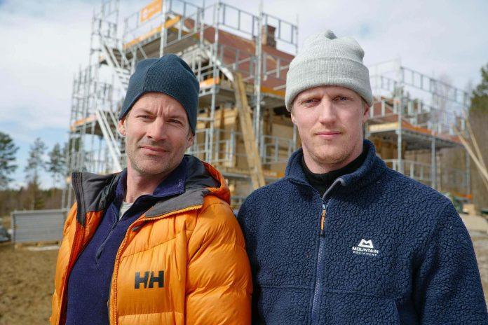 Folle og Almaas bygger hus. Foto: Discovery